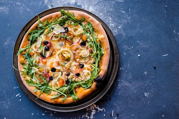 Plat leggen met traditionele italiaanse pizza met kopie ruimte
