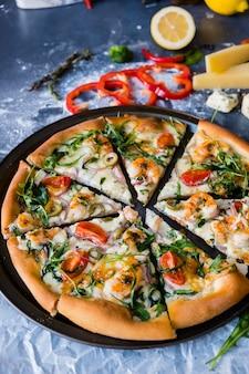 Plat leggen met traditionele italiaanse pizza met mosselen, rucola en parmezaanse kaas