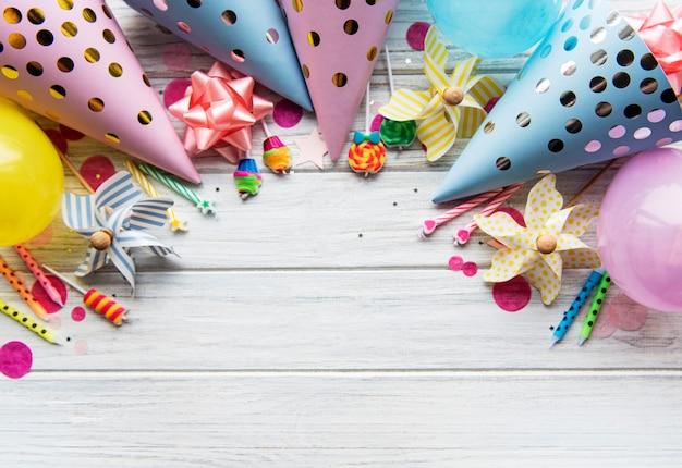 Plat leggen met verjaardagshoeden, confetti en linten