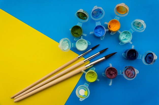 Plat leggen met verschillende acryl- of olieverven en -borstels