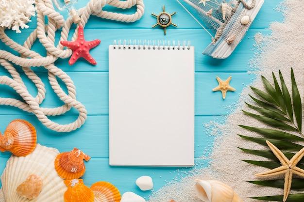 Plat leggen notebook met strand concept