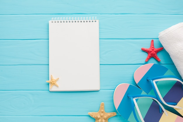 Plat leggen notebook met zomer concept