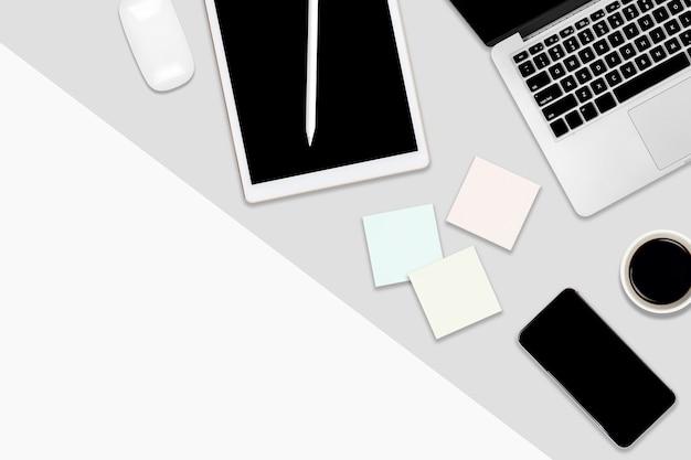 Plat leggen office tafel met laptopcomputer, digitale tablet, mobiele telefoon en accessoires.