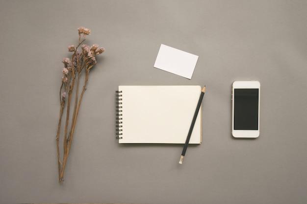 Plat leggen ontwerp van een bureau met lege notebook
