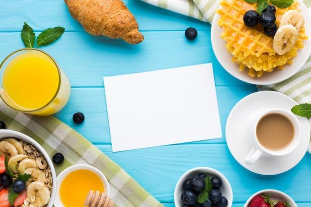 Plat leggen papieren kaart mockup op ontbijttafel