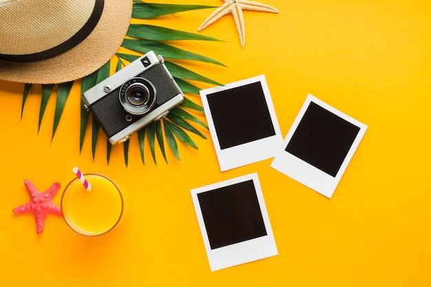Plat leggen polaroid foto's met zomervakantie concept