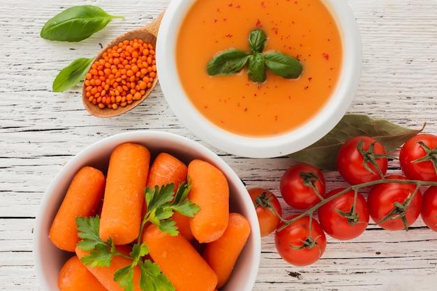 Plat leggen pompoen bisque wortelen linzen en tomaten