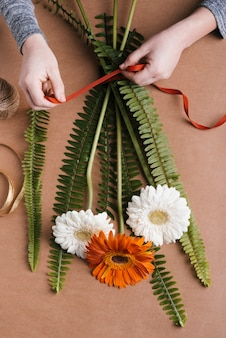 Plat leggen productie bloemen boeket