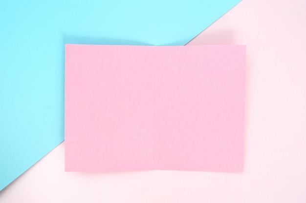 Plat leggen, roze papieren blanco pagina en groene planten op roze pastel kleur papier
