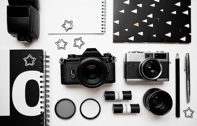 Plat leggen samenstelling met apparatuur voor professionele fotograaf