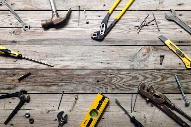 Plat leggen samenstelling met vintage timmerwerkhulpmiddelen op ruwe houten achtergrond