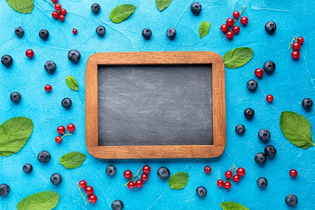 Plat leggen schoolbord met verse bessen