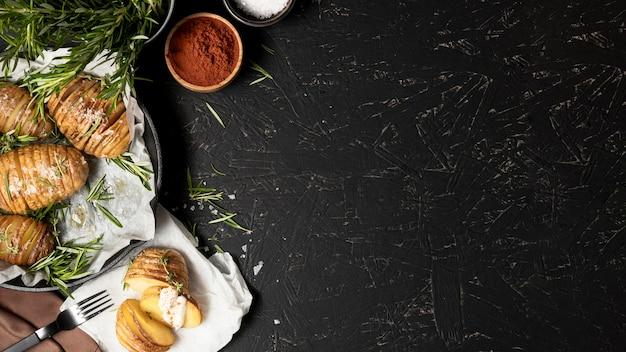 Plat leggen van aardappelen in pan met kruiden en kopie ruimte