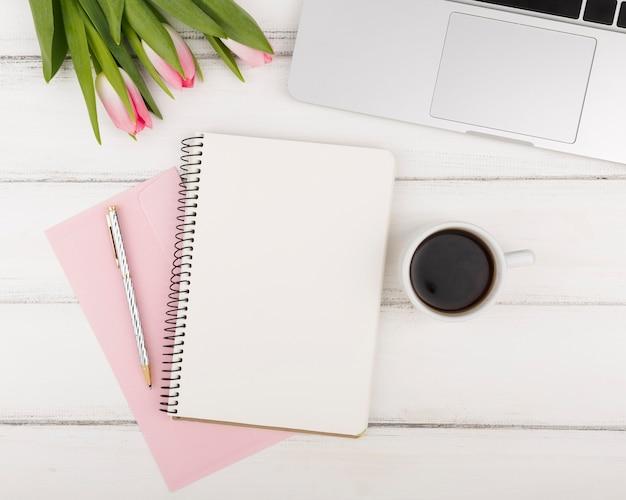 Plat leggen van agenda koffie en tulpen