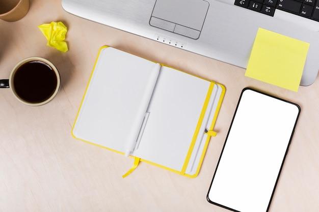 Plat leggen van agenda op desktop met kopie ruimte