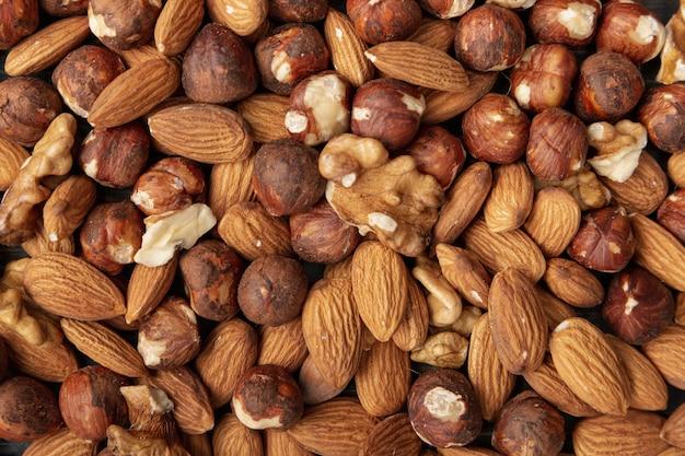 Plat leggen van amandelen met hazelnoten en walnoten