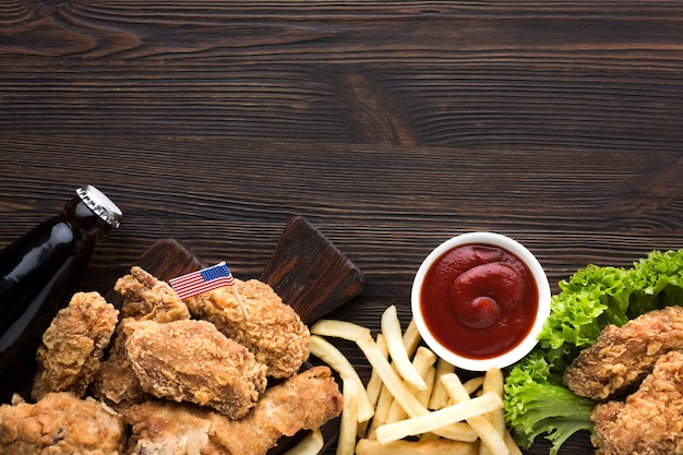 Plat leggen van amerikaans eten met kopie ruimte