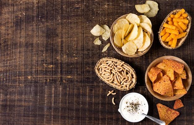 Plat leggen van assortiment chips met saus