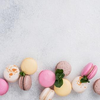 Plat leggen van assortiment macarons met kopie ruimte en mint