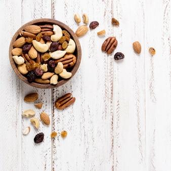 Plat leggen van assortiment noten in kom met kopie ruimte