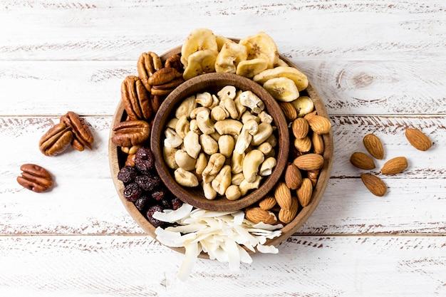 Plat leggen van assortiment noten in kommen