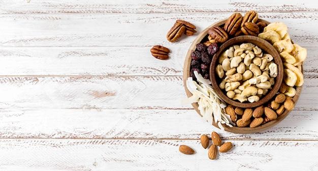 Plat leggen van assortiment noten met kopie ruimte