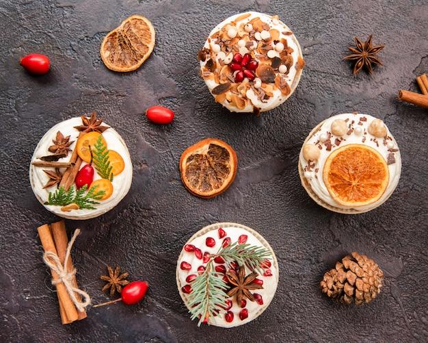 Plat leggen van assortiment van cupcakes met slagroom en decoratie