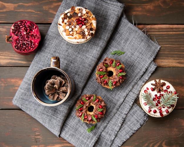 Plat leggen van assortiment van desserts op doek