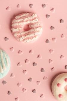 Plat leggen van assortiment van geglazuurde donuts met harten