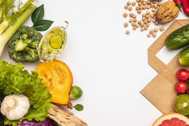 Plat leggen van assortiment van groenten met kopie ruimte