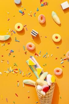 Plat leggen van assortiment van kleurrijke snoepjes