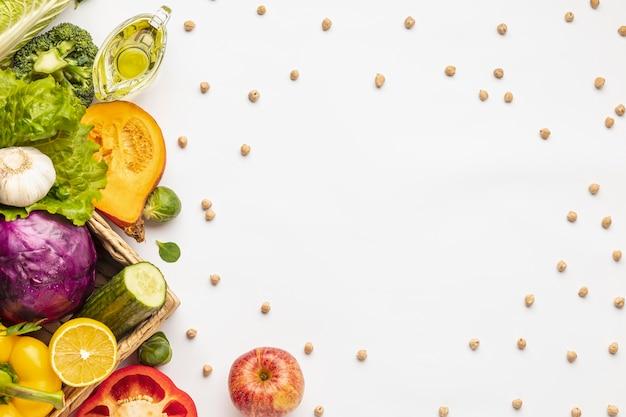 Plat leggen van assortiment van verse groenten met kopie ruimte