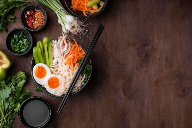 Plat leggen van aziatische noedels met eieren en kopie ruimte