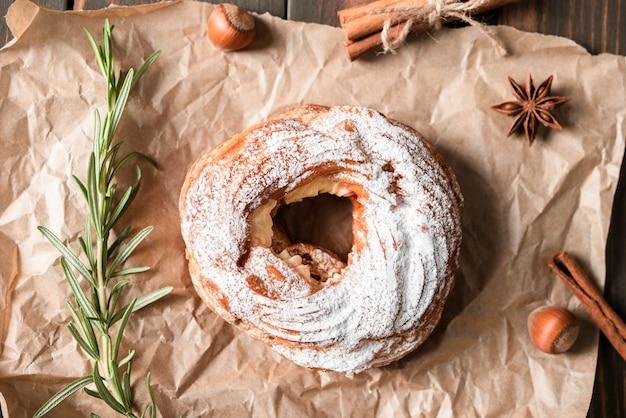 Plat leggen van bagel met rozemarijn