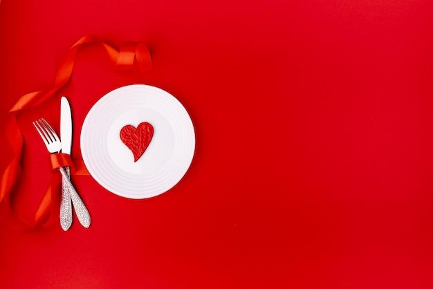 Plat leggen van bestek met hart op plaat