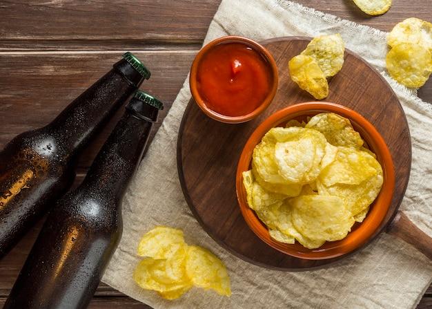Plat leggen van bierflesjes met chips en ketchup