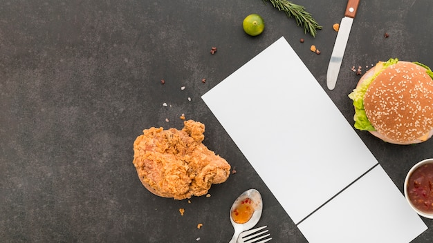 Plat leggen van blanco menu papier met hamburger en gebakken kip