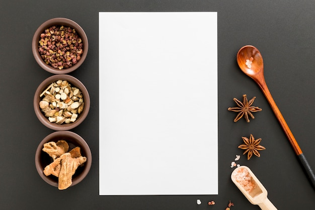 Plat leggen van blanco menu papier met houten lepel en steranijs