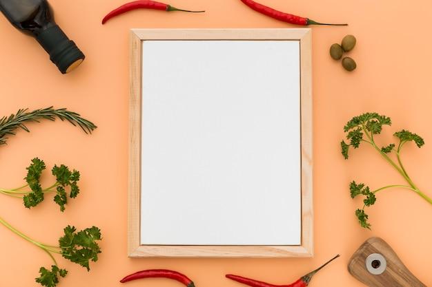 Plat leggen van blanco menu papier met olijfolie en chili pepers