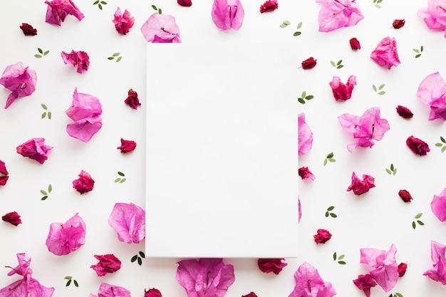 Plat leggen van bloemen concept met kopie ruimte
