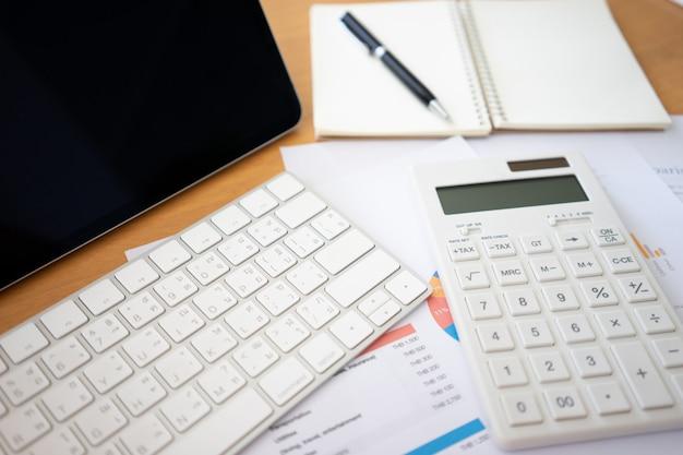 Plat leggen van bovenaanzicht kantoor tafel bureau met lege notebook, rekenmachines en ander kantoor