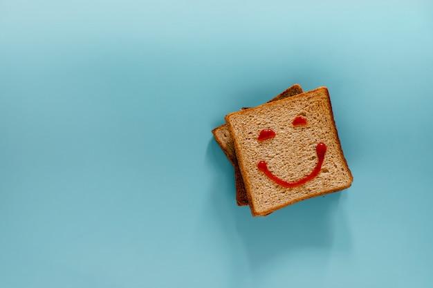 Plat leggen van brood met lachend gezicht