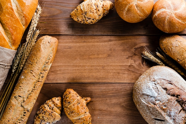Plat leggen van brood op houten tafel met kopie ruimte