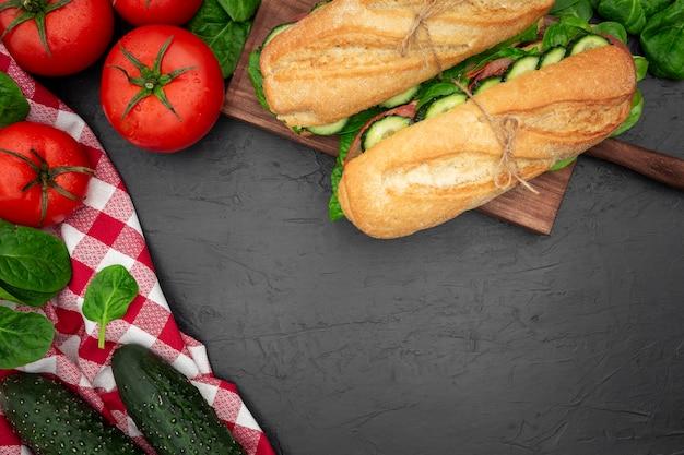 Plat leggen van broodjes met tomaten en komkommers