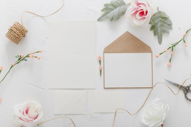 Plat leggen van bruiloft uitnodiging met kopie ruimte
