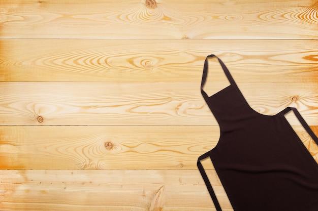 Plat leggen van bruine schort op houten textuur