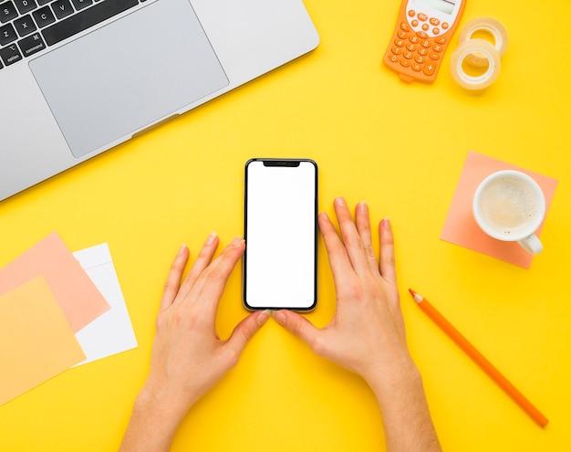 Plat leggen van bureau met gele achtergrond