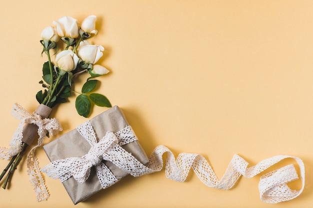 Plat leggen van cadeau met boeket rozen