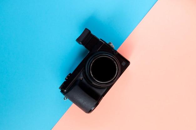 Plat leggen van camera op blauw en roze.