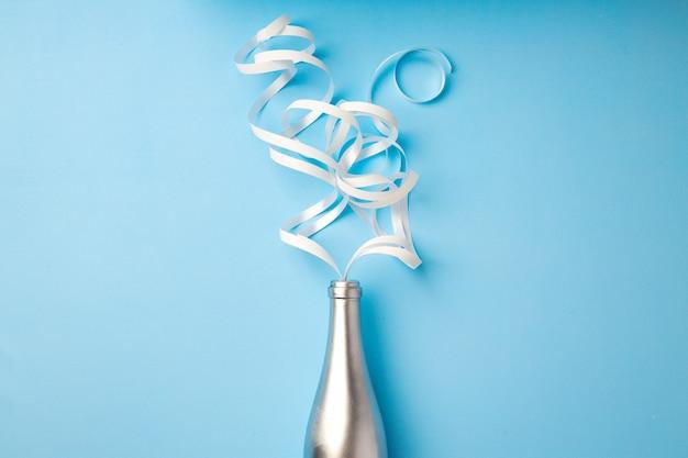 Plat leggen van champagnefles met linten die eruit komen